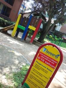 playground di halaman gedung SD